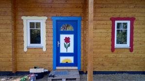 Da ist sie nun also! Unsere Eingangstür! Inspiriert von von den Schiffertüren auf dem Darss, haben wir nun unsere Eigene gebastelt. Hier und da sind noch Feinheiten auszubessern, aber fürs Erste macht sie uns als Ostseekinder sehr glücklich! ;)