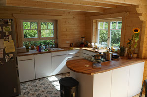 Hier seht Ihr die fast fertige Küche ... hinten in die Ecke kommt noch ein Wildholzregal, ansonsten bleibt alles so einfach, wie es zu sehen ist.