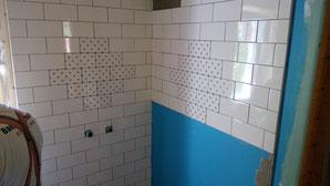 Hier soll später mal die Dusche hin. Die blauen Musterfliesen wiederholen sich im Bad immer wieder und sollen für ein wenig Abwechslung beim Duschen, Baden und Ka...en sorgen. ;)