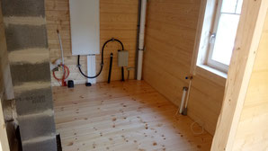 Hier seht Ihr unseren Hauswirtschaftsraum mit den Anschlüssen hinten. Da wir ja nur mit dem Grundofen heizen und das Warmwasser dezentral an den Abnahmestellen herstellen, ist alles sehr überschaubar und einfach. So war ja auch die Grundidee des Hauses