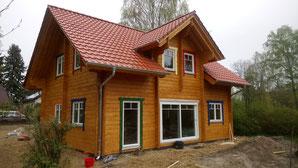 Gerüst ist weg und das Haus wird nun zum Glück deutliche kompakter. Wir wollten ja nun schließlich auch klein bauen. :)