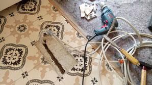 Baustellenfail: Das Elektrokabel kam beim Grobaufstellen der Küche leider etwas zu weit vorne heraus. Also musste ich noch einmal zwei Fliesen rauskloppen und den Unterbau aufschlitzen. Gibt schlimmeres! ;)