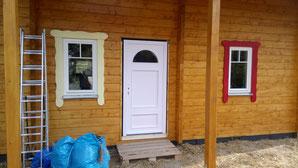 Yeah, nun ista uch die Wohnungstür da. Holz, zwei Kassetten, halbrundes Fenster. Erst einmal nur weiß grundiert. Sie wird demnächst von uns farbig gestaltet. Bin ich selber gespannt, ob das klappt. ;)