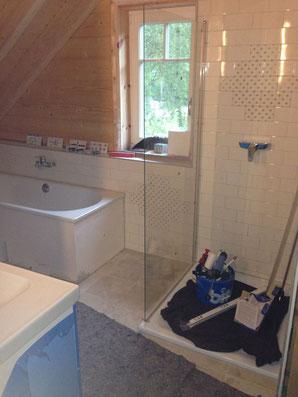 Das Bad ist so gut wie benutzbar ... Badewanne drin, Handwaschbecken dran und Dusche fast komplett. Alles größer als gedacht. Schön.