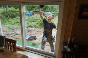 Toni bei seiner Lieblingsarbeit: Fensterputzen! DANKE