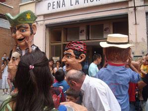 Los cabezudos de la Jota el año 2009 frente a la peña la Murga.
