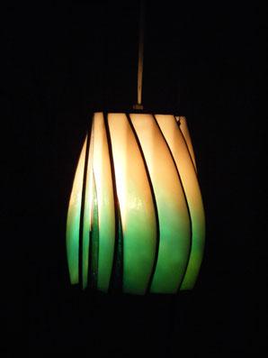 点灯時淡いオレンジにグリーンが一部重なっているランプの写真