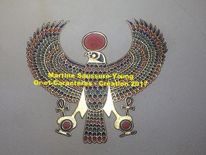 Enluminure : le faucon solaire d'Héliopolis, parchemin, or, pigments. Création 2017de Martine Saussure-Young, Or-et-Caractères