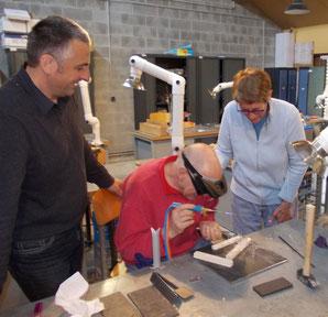 """Alain Calliste (Mitte) und Anne-Claude Jeitz demonstrieren die Technik des """"verre filé"""" im Atelier du Verre in Sars-Poteries. Links der technische Leiter Fabrice Bon. Fotos: Heidi Höhn"""