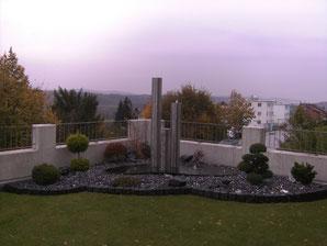 Granitplatten mit Edelstahlsäulen