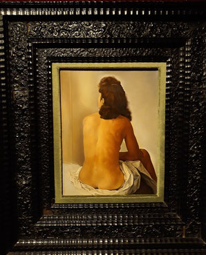 Гала со спины, смотрящаяся в невидимое зеркало. Шедевры Театра-Музея Сальвадора Дали