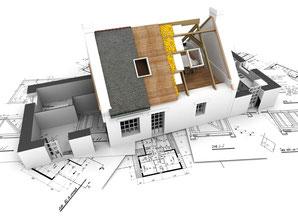 Haus als aufgeschnittenes Architekturmodell auf Bauplänen