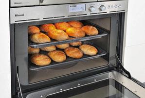 画像:リンナイ RSR-S51E(A)-ST   これだけのパンを一度に作れるのも大容量コンベック(ガスオーブン)の実力!
