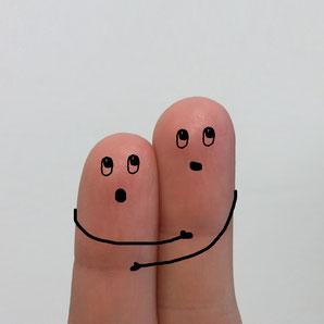 Zwei Finger umarmen sich und geben sich genenseitig Vertrauen und Sicherheit, weil sie Paranoia sind. Wie Kunden im Direktvertrieb das Vertrauen des Verkäufers brauchen.