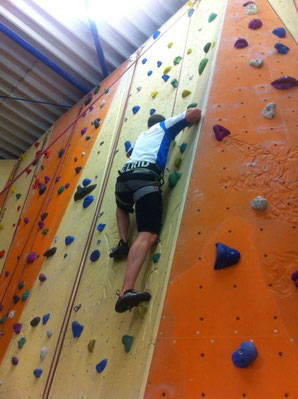 Da hängt der Sports.Punk in der Wand beim #Klettern #DAV #Climbing #Training