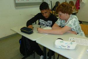 """Mit viel Geduld und Hingabe erklären die Nachhilfelehrer ihren """"Schülern"""", wie sie an die Aufgabe herangehen müssen."""