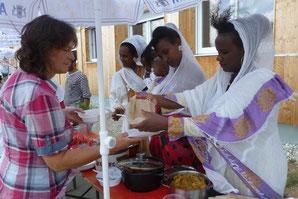 Eritreische Frauen kochen für die Gäste des Begegnungsfestes des AK Asyl Marktoberdorf