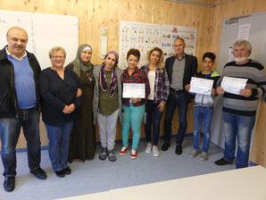 Die Teilnehmer der Mieterqualifizierung erhalten ihre Urkunden von Bürgermeister Dr. Wolfgang Hell.