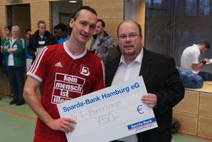 Direkt nach dem letzten Spiel durfte Georg Erdelbrock wie im Vor- jahr einen Scheck über 750,- Euro von Tim Wind entgegennehmen.