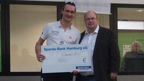 Mannschaftskapitän Georg Erdelbrock mit Tim Wind von der Sparda-Bank Hamburg. Foto: Jan-Magnus Kramp