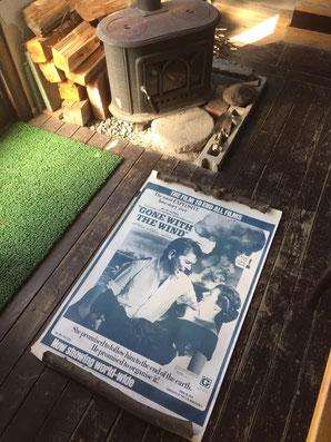 薪割りと水爆実験模様のポスター