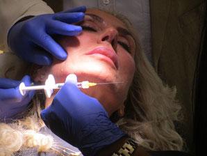 Im Vorprogramm demonstrierte Dr.med. Gerhard Sattler seine Injektionstechnik an einer Probandin. (Foto: Cornwell)