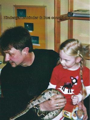 Kindergartenkinder mit Abgottschlange