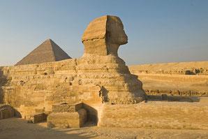 Sphinx vor Pyramide