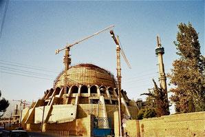 exponiert der Bauplatz hoch über Teheran