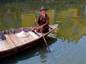 ein Fluss-Skipper mit gepflegtem Hoh Chi Minh Bart