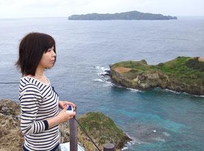 小富士山頂から海岸を見下ろす