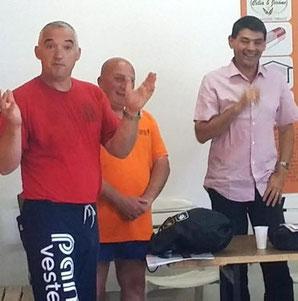 De gauche à droite, Koura éducateur qui part pour raisons professionnelles, avec Alain Démolis et Philippe Lecomte.