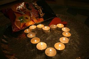 Currywurst(-chips) und Kerzenlicht