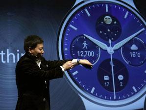 Huawei-Chef Richard Yu stellt die neue Smartwatch seines Unternehmens beim Mobile World Congress vor. Foto: Alberto Estevez