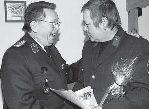 30 Jahre Feuerwehrmann – auch Kreisbrandmeister Dieter Bolle gratulierte Wolfgang Knakowski (r.) zum Jubiläum. Fotos (2): A. Mathis