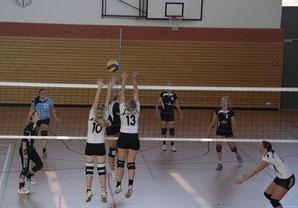 Sabine Friedl überspielt den gegnerischen Block