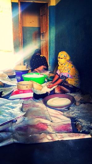 Femme sahraouie travaillant la semoule