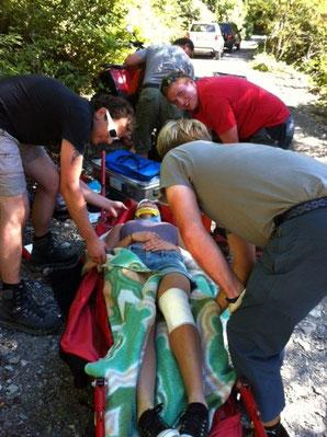 Erstversorgung der Beifahrerin auf dem Quad. Foto: Edelbert Strolz