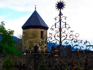 Treppenturm aus dem 15. Jhd. dahinter der Kloster-Friedhof