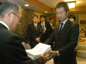 08年11月、「出雲阿國座」の中止を求める署名を提出