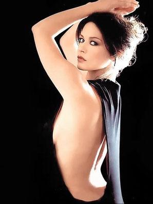 Catherine Zeta-Jones, Lune opposée à Pluton.