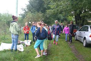 Schüler bei der Biomasse-Station in Tettau.