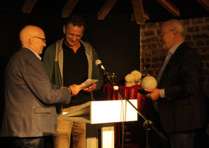 Dieter Dresen und Herbert Reichelt übergeben den ersten Preis der Jury an Eberhard Gast