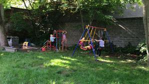 Unser Garten bietet bei schönem Wetter viel Raum zum Toben
