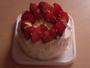かざりをほどこす前のショートケーキ