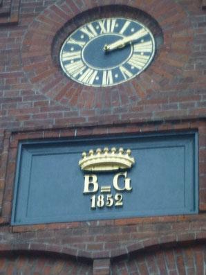 Bild: Uhr am alten Stall
