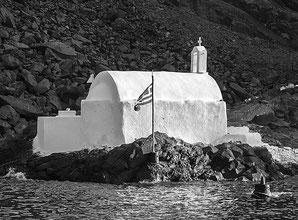 Kapelle am Nordrand der unwirtlichen Insel Palea Kameni inmitten der Caldera von Santorini. Foto: Klaus Schoerner
