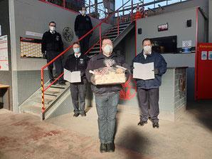 Für jeweils 40 Jahre Mitgliedschaft geehrt: Claus Demandt, Günter Heckmann und Manfred Koch (im Hintergrund auf der Treppe W. Kreßner und J. Engelke)