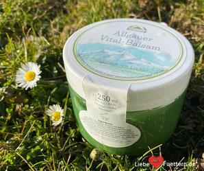 Allgäuer Vital-Balsam von Reico ist ein multifunktionaler Alleskönner. Er ist für Menschen und alle Heimtiere geeignet.