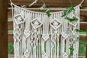 détail d'une décoration de chaise macramé style naturel